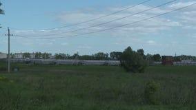 Serres op landbouwbedrijf op verlaten gebied stock video