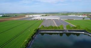 Serresmening van hierboven, Technisch reservoir naast grote serres, groene gebieden rond een grote serre stock video