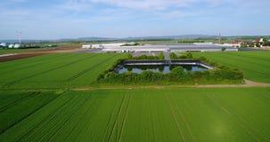 Serresmening van hierboven, Technisch reservoir naast grote serres, groene gebieden rond een grote serre stock footage