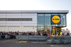 Serrez l'attente dans la file d'attente la cérémonie d'ouverture officielle du 1er supermarché de Lidl en Serbie Lidl est une cha photographie stock