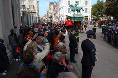 Serrez l'attente sur le défilé de jour de prince à la Haye Photos stock