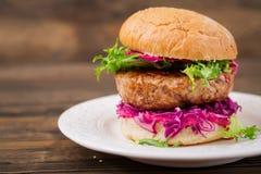 Serrez l'hamburger avec les hamburgers juteux, chou rouge photographie stock libre de droits