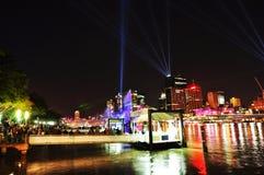 Serrez les centaines de ferry de attente aligné par gens Southbank, ville de Brisbane, Australie Images libres de droits