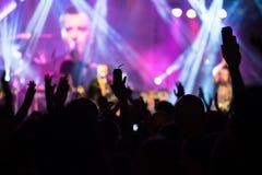 Serrez les mains dans le ciel au concert image libre de droits
