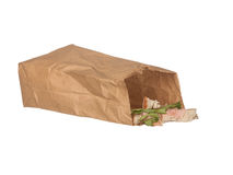 Serrez les restes dans le sac de papier brun d'isolement sur le blanc Photo stock
