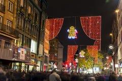 Serrez-vous à Strasbourg (France) en centre ville avec l'illuminatio de Noël Photos stock