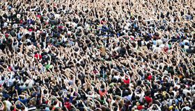 Serrez-vous à un concert de musique, assistance soulevant des mains  photos libres de droits