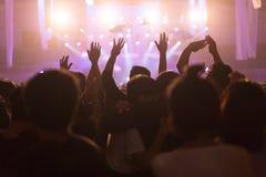Serrez-vous au concert et aux lumières brouillées d'étape, bruit supplémentaire plus tard dedans Photo stock