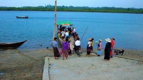 Serrez-vous au ferry, rivière de Kangy, Chaung Tha, Myanmar clips vidéos