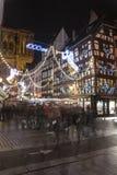 Serrez-vous au marché de Noël à Strasbourg, France Photo libre de droits