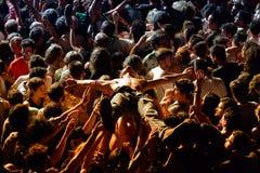 Serrez-vous dans un concert au festival 2016 de bruit de Primavera Photo libre de droits