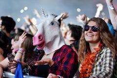 Serrez-vous des bras augmentés à un concert vivant Photos stock