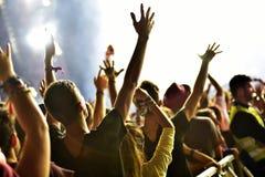 Serrez-vous des bras augmentés à un concert vivant Photo stock