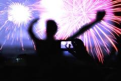 Serrez-vous en observant les feux d'artifice et en célébrant la nouvelle année Photographie stock libre de droits