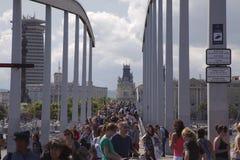 Serrez-vous sur le ramabla Del Mar, Barcelone, Espagne Photo libre de droits