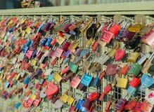 Serrure colorée d'amour sur les ponts de Pauli Landing de saint images libres de droits