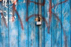 Serrure corrodée sur la porte en bois Image libre de droits
