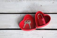 Serrure d'amour dans la boîte de coeur Photographie stock libre de droits