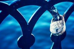 Serrure d'amour sur la balustrade de la vieille fin de pont  Images stock