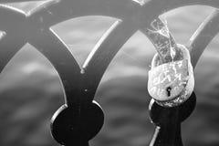 Serrure d'amour sur la balustrade de la vieille fin de pont  Photographie stock libre de droits