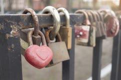 Serrure de coeur en métal de mariage Un groupe de serrures sur le pont Photographie stock