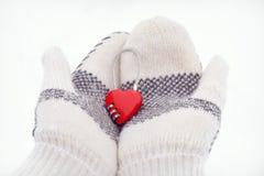 Serrure de combinaison en forme de coeur dans des deux mitaines tricotées Photos libres de droits