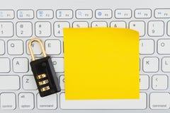 Serrure de combinaison sur un clavier avec une note collante image stock
