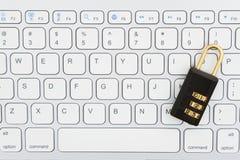 Serrure de combinaison sur un clavier photographie stock
