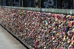 Serrure de l'amour de forever au pont de Cologne Photographie stock libre de droits