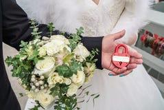 Serrure de mariage dans les mains des jeunes mariés Image libre de droits