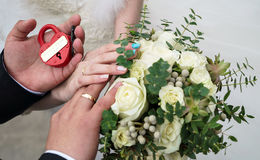 Serrure de mariage dans les mains des jeunes mariés Image stock