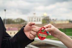 Serrure de mariage dans les mains des jeunes mariés photos libres de droits