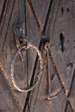 Serrure de rouille sur la porte en bois Photographie stock libre de droits