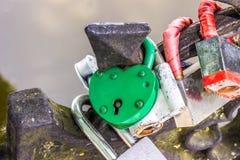 Serrure de symbole d'amour enchaînée sur le pont Photographie stock libre de droits