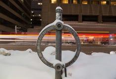 Serrure de vélo de Toronto couverte dans la neige la nuit Photo stock