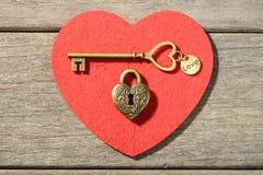 Serrure en bronze et clé de forme de coeur Photos stock