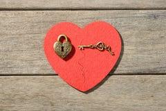 Serrure en bronze et clé de forme de coeur Photographie stock libre de droits