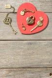 Serrure en bronze et clés de forme de coeur Photo stock