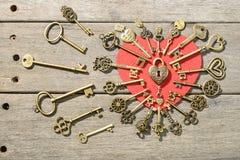 Serrure en bronze et clés de forme de coeur Photos stock