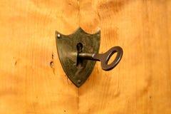 Serrure en forme de bouclier antique sur le bois lumineux de cerise, foyer sur la serrure Images stock