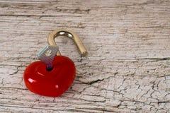 Serrure en forme de coeur rouge ouverte Photographie stock libre de droits