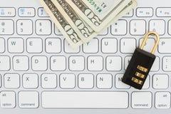 Serrure et argent de combinaison sur un clavier photo stock