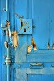 Serrure et poignée de porte antiques sur une porte de vintage Images libres de droits