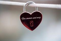 Serrure pendante sur le pont avec des textes de ` le ` à tout jamais Image libre de droits