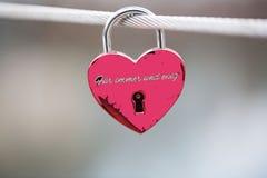 Serrure pendante sur le pont avec des textes de ` le ` à tout jamais Photo stock