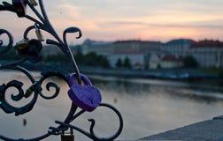 Serrure pourpre d'amour pour vous et moi sur Charles Bridge Photos libres de droits