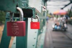 Serrure rouge avec le signe d'amour Photos stock