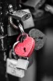 Serrure rouge de forme de coeur avec des baisses de l'eau Image libre de droits