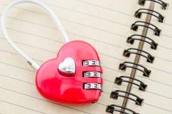 Serrure rouge de forme de coeur de clé machine Image stock