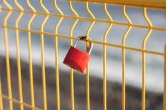 Serrure rouge pour la chance d'amour Photo libre de droits